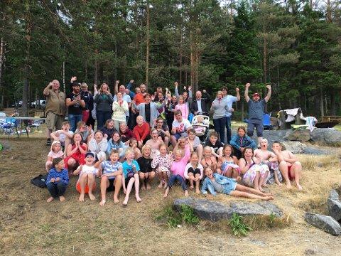 Jubelscener på Kolbjørnsviksjøen da alle speiderne og foreldre ble fortalt den gode nyheten om pengegaven til speidergruppa under sommeravslutningen.