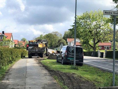 REPARERER: Steinar Levernes i Steinar Levernes AS utfører reparasjoner på en hovedvannledning i Johs C. Liens gate.