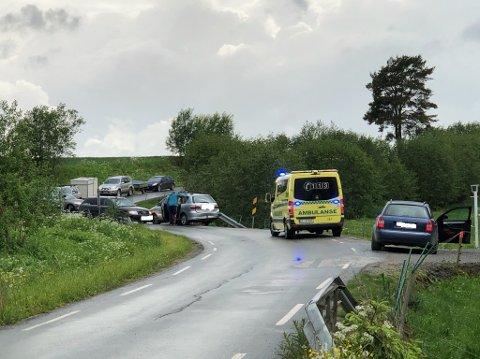 Smal vei: To biler kolliderte ved Vesterbybruene etter at trafikken fra riksvei 22 ble omdirigert om Heiaveien. Foto: Bjørn Badowski.