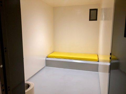 GRIS: Det er var en av cellene på Grålum, lik denne, på politihuset i Sarpsborg mannen i slutten av 30-årene smurte sin egen avføring ut over veggene, overvåkingskameraene og seg selv.