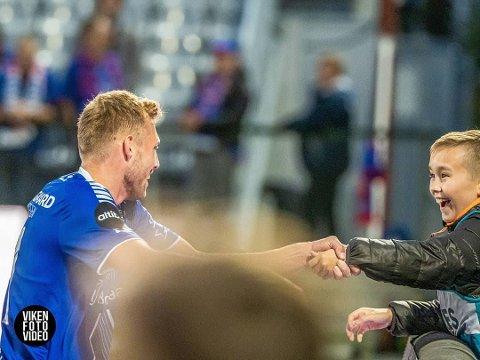 Jonathan Lindseth feiret scoringen mot Vålerenga med ballgutt for anledningen Herman André Bjerke fra Rakkestad.