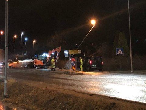 MANUELL DIRIGERING: Statens Vegvesen sørget for å dirigere trafikken manuelt mens de rettet opp lysmasten ved Bergenhuskrysset.