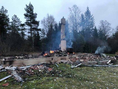 BRANN: Huset i Bredholtveien hadde brent til grunn. Skadene var såpass store at politiet ikke klarte å finne brannårsaken.
