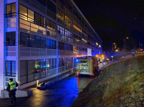 HENTET UT BEVISSTLØS PERSON: En person er alvorlig skadet etter brannen i Greåkerdalen fredag kveld.