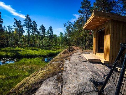 IDYLLISK: Gapahuken ved Korperudmoen ligger idyllisk til ved vannet.