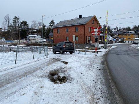 En bilist har kjørt ned en stolpe ved Tomter stasjon. Det får konsekvenser for togtrafikken.
