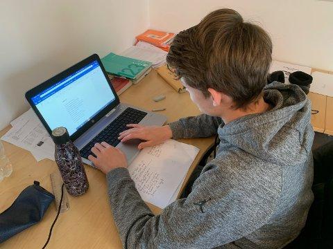 Elevrådsleder Benjamin Paulsen jobber flittig med tentamen hjemmefra.