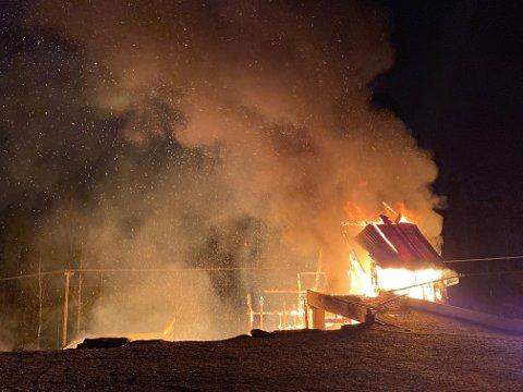 LÅVEBRANN: Nødetatene rykket ut til en adresse i Skiptvet i natt.