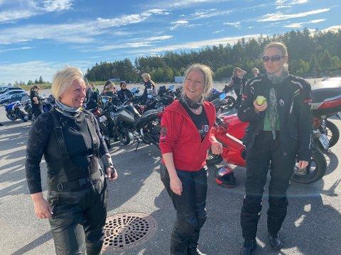 PÅ RUDSKOGEN: Eli Johanne Stene som er president i WIMA i midten med to av dagens 50 deltakere. Linda Kristin Sanden fra Bergen og Marit Johnsrud fra Oslo til høyre. Foto: Privat