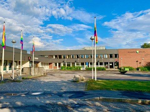 FLAGRER IGJEN: Tirsdag ble nye regnbueflagg heist opp.