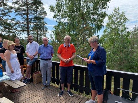 PRIS: President i Rakkestad Rotary Marthe Haneborg leser opp noen velfortjente, rosende ord for prisvinneren Magne Kopperud.