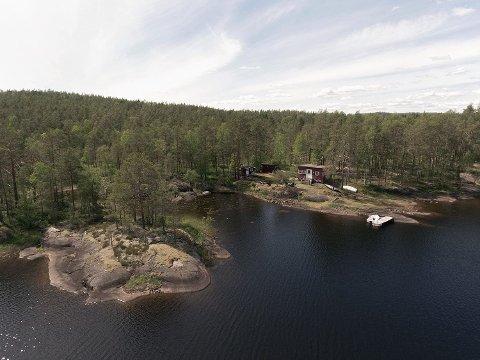 FLOTT BELIGGENHET: Fritidseiendommen i Kilebu har egen strandlinje mot Kolbjørnsviksjøen.