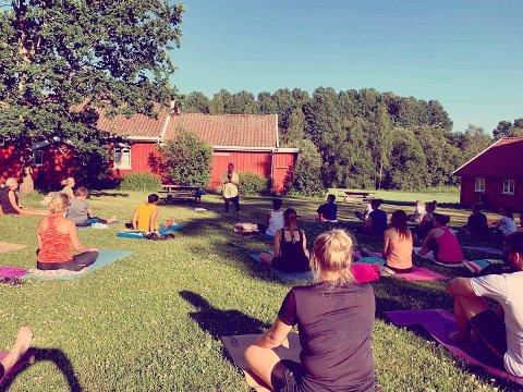 YOGA I DET FRI: Barbro Urke holdt sin første yogatime siden koronakrisen onsdag kveld.