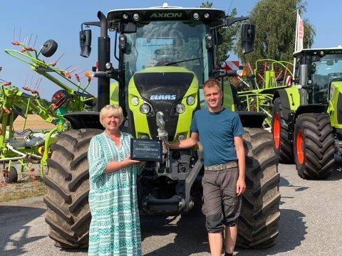 DYKTIGE: Daglig leder for CF Maskin Follo as og Østfold Traktor as, Anita Sollie, med selger Tron Anders Strømstad.