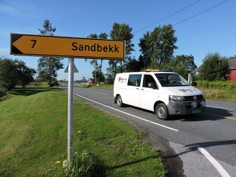 STENGT VEI: Trafikken dirigeres om Sandbekk.