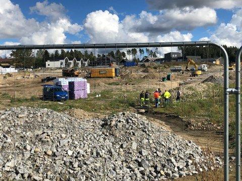 JOBBET PÅ SPRENG: Teknisk etat i Rakkestad kommune var ute hele dagen fredag for å lokalisere den omfattende vannlekkasjen i Rakkestad sentrum.