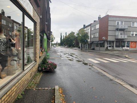 VÅTT OG GRÅTT: Det ble en våt og grå start på dagen for rakstingene onsdag.