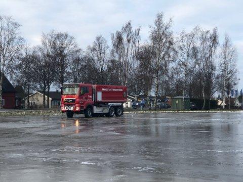 LEGGER VANN: Rakkestad Brannvesen fyller på med vann på banen for å få skøytebanen klar.