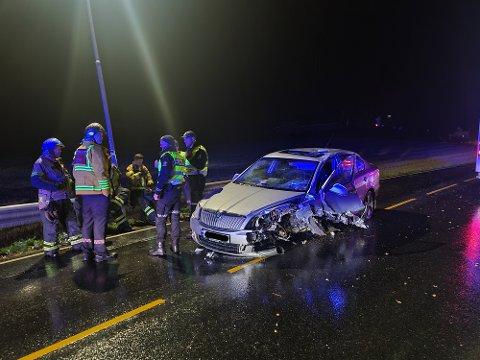 HARD MEDFART: Den grå Skoda-en fikk store materielle skader i ulykke, og føreren ble sendt til Kalnes med uavklarte skader.