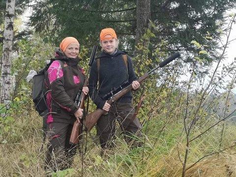 Gøy på jakt: Gro Kristin Sørlie (52) og Martine Soliana Lindstad (16) synes begge det er veldig gøy å jakte. Foto: privat.