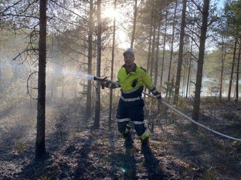 DRAMATISK: Rakkestad brannvesen fikk heldigvis kontroll over skogsbrannen ved Nedre Låstjern søndag.