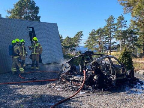 Bilen som tok fyr på Grimsøy er totalt utbrent.