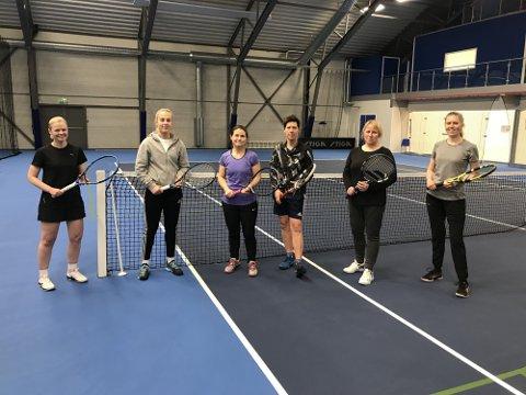 VIL BLI FLERE: Disse er allerede med på dametreningene til Mysen Tennisklubb. Nå håper de å bli flere. Fra venstre: Nina Sperlin, Frida Lund, Maren Camilla Glosli, Astrid Bjørnerud, Turi Ludvigsen og Cathrine Medhus.