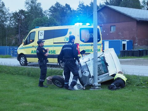 Kjøretøyet traff en lyktestolpe.