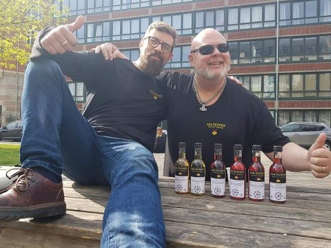 Gründere: Jarl-Magnus Einang (f.v.) og Anders Riseng, er gründerne bak Askheimer Mjøderi. Her ser vi et bilde fra den første prøvesmakingen av testprodukter i København i 2019.