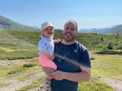Familie i Rakkestad: Stein Bjørge Finnestad (33) og datteren Ane Therese nyter feriedager i fjellet.