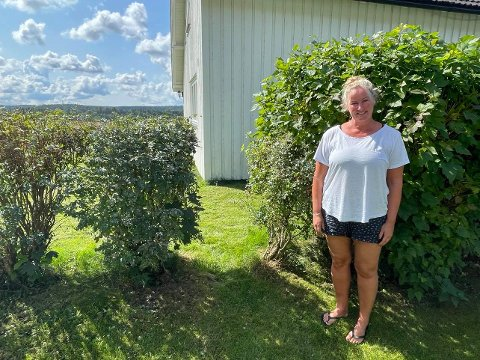 Åpning i hekken: Barbro Urke lar elever gå gjennom hagen og hekken hennes på vei til og fra skolen.