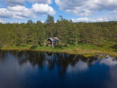 IDYLL: Hytta i Rakkestadfjella ligger helt ved vannkanten.