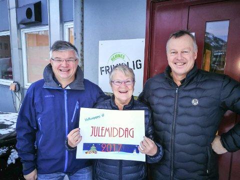 Duker til julemiddag: Arne Steinvik i Hemnes Frivilligsentral, Astrid Arntsen og Nils Johansen er del av julemiddagskomiteen i Hemns.