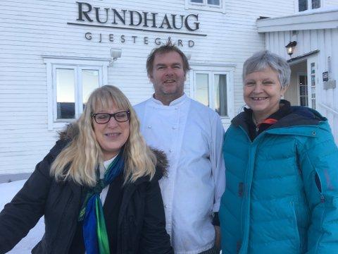 På bildet Reidun L. Traasdahl Nilsen, Christian Larsen og Elisabeth Muller fra Rundhaug Gjestegård.