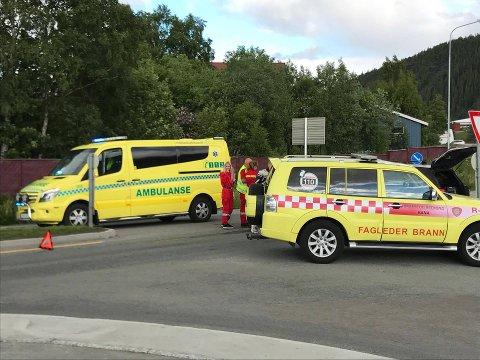 Ambulanse og brannvesen rykket kjapt ut da en motorsykkel og en bil kolliderte i en rundkjøring i Mo i Rana.