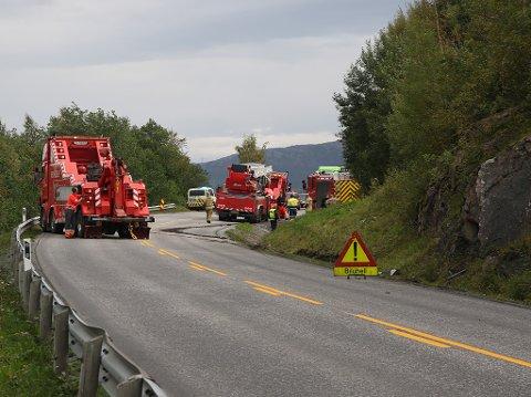 Her berges brannbilen opp fra grøfta på E6 ved Skjånes.