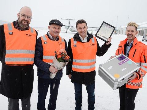 Made in Norway-pris - Ordfører Geir Waage, administrerende direktør Arve Ulriksen i MIP, markedssjef Jan Gabor i MIP og lufthavnsjef Flemming Berthelsen ved Mo i Rana Lufthavn
