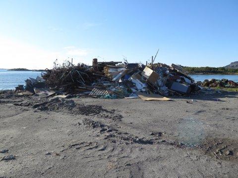 DUNGE: I haugen ligger det blant mye annet plastsøppel, fôrsekker og typisk husholdningsavfall.