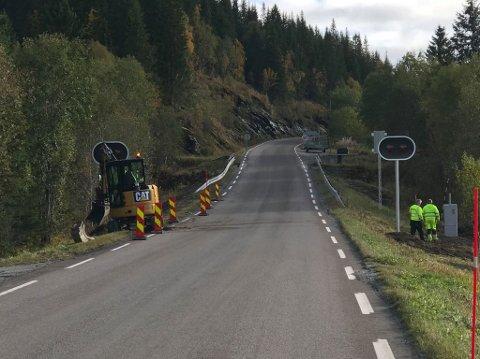 Statens Vegvesen er i gang med etableringen av stoppsignal og infotavler ved Bustneslia.