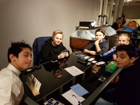 Fornøyde kortspillere i den nystiftede klubben er f.v.: Asem Isakhel, Preben Forsmo, Eirik Trones Millerjord, Hauk Ditlefsenog Reanah Ammar Matti.