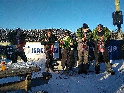 Martin Magnussen (i midten) sammen med de fire andre som vant hver sin klasse i NM i Valdres lørdag. Der ble det champagnesprut.