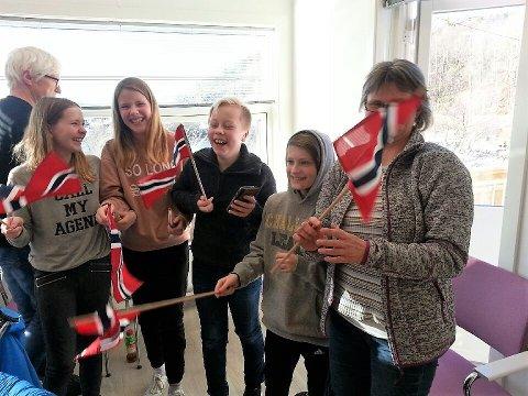 Jubel: Både elever og foreldre jublet da de skjønte at skolen ble sikret, og at et enstemmig kommunestyre ønsker full drift ved Gjerøy skole fra høsten.