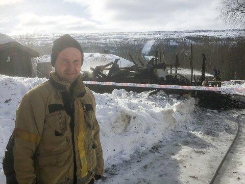 Brannkonstabel Reidar Oksfjellelv sier at huset var overtent da brannvesenet kom. Ved 11-tiden langfredag holdt brannvesenet fortsatt på med etterslukking.