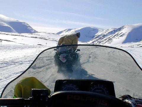 Rana Turistforening vil øke sikkerheten til de som ferdes til fjells, og søker om dispensasjon for å bruke snøscooter når de skal flytte Corraskoia, som ligger på Nordlandsruta mellom Virvasshytta og Bolnastua. Foto: Illustrasjon
