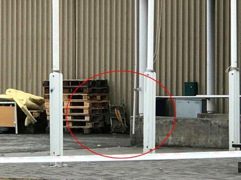 Her står den mistenkelige sekken som ble funnet på Moheia.