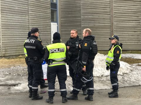 Bevæpnet politi utenfor Moheia.