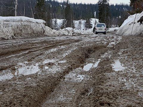 Slik ser veien ved Ranvåga ut. Ørjan Ravnåmo kjører Toyota Hiaze firehjulstrekk, og kom seg såvidt gjennom. Og rart er ikke det, når man ser forholdene.