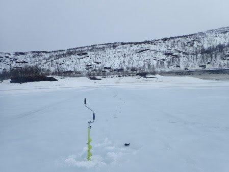 På Uman er det nesten en meter tykk is, men vått på toppen.