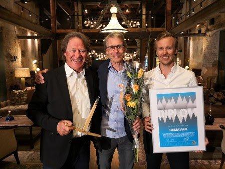 FORNØYD: Peter Östbergh (t.v.), fjellsjef i Hemavan Alpint AB, daglig leder Thomas Ringbrant og markedssjef Pontus Lindh etter utdelingen i Västerås 17. mai.
