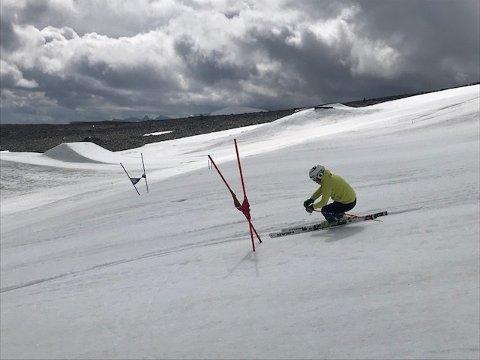 På Juvassbreen, ikke langt fra Galdhøpiggen, trener tre ivrige alpinister fra Rana denne uka sammen med andre utøvere fra Nord-Norge.